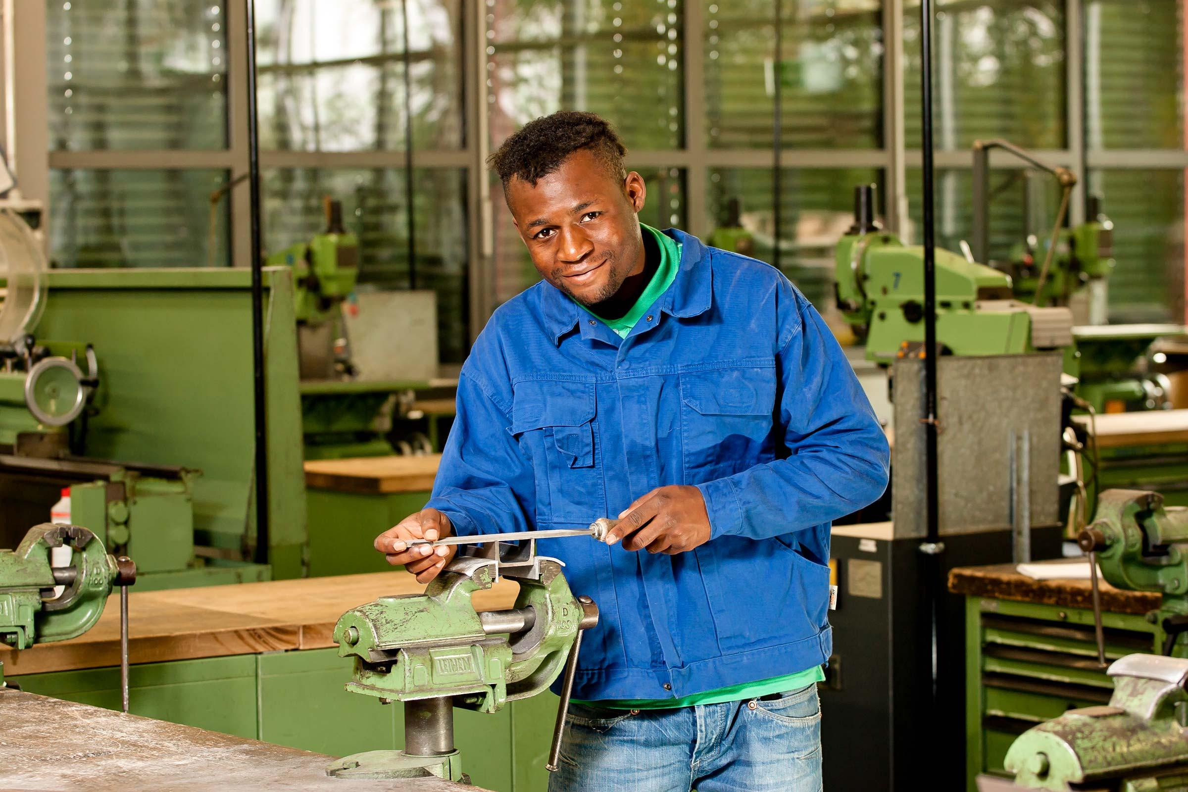 Azubi aus dem Metallbereiche im bbw Südhessen arbeitet an Feile