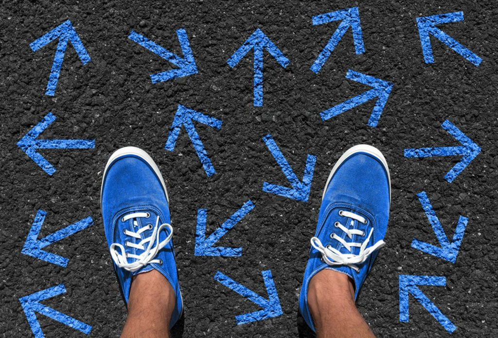 Blaue Schuhe folgen stehen auf vielen kleinen Blauen Pfeile - Projekt JobGo - Orientierung nach der Schule
