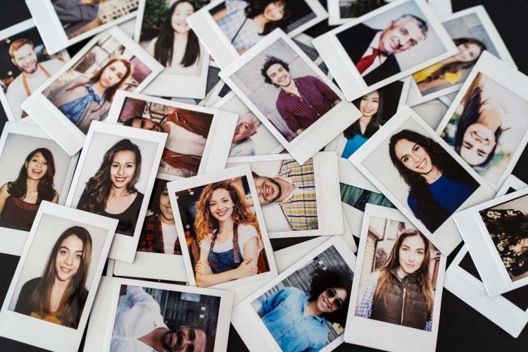 Das bbw Südhessen schreibt viele Erfolgsgeschichten, die wir durch einen Stapel Polaroids mit erfolgreichen Jugendlichen abbilden