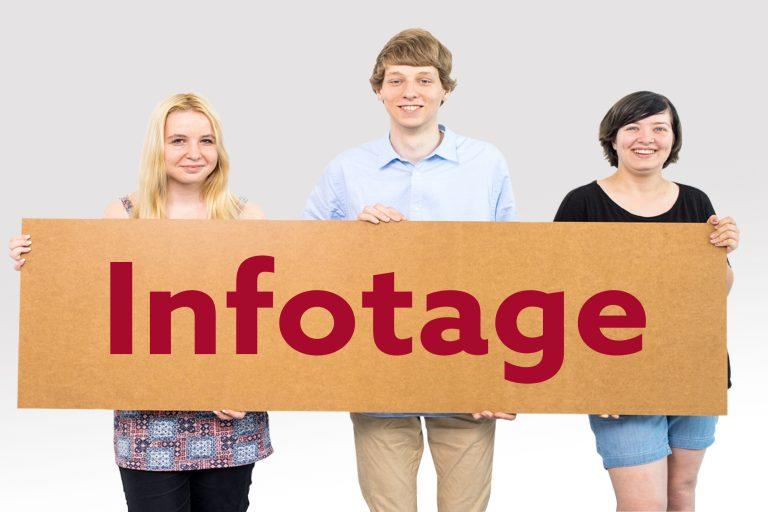 Drei Teilnehmer*innen aus dem Berufsbildungswerk Südhessen halten gemeinsam ein Schild hoch, auf dem Infotage steht