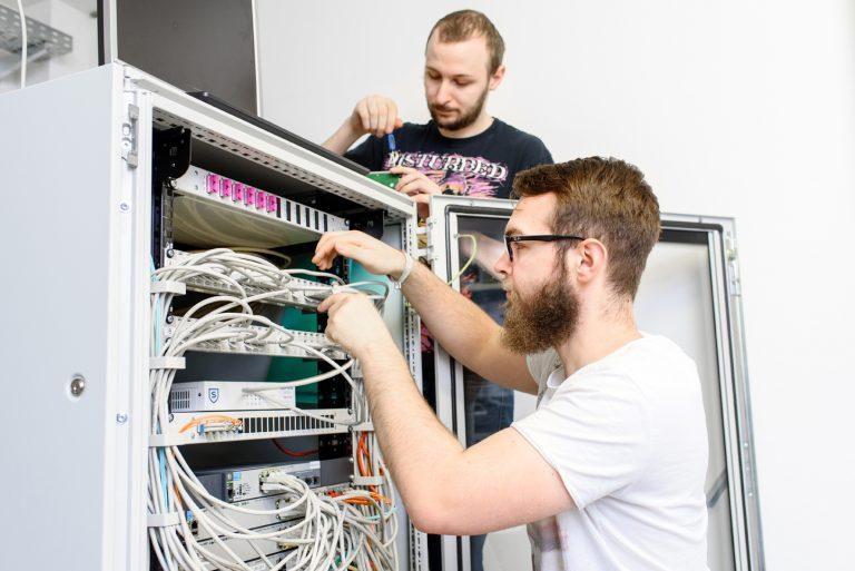 Zwei junge Männer führen Arbeiten am Server durch