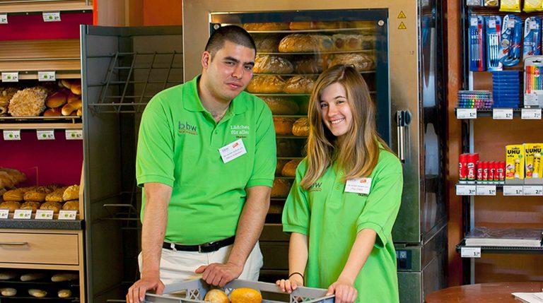 Junger Mann und junge Frau vor dem Brotofen im tegut Lädchen
