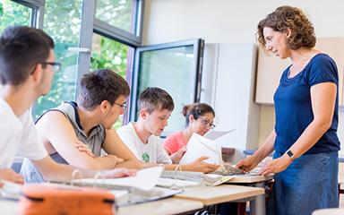Schüler*innen sitzen in Schulkalsse - Berufsorientierung für Schulen
