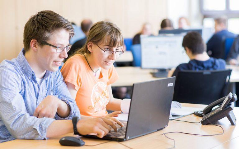 bbw Südhessen Azubis aus dem Bereich Bürokaufleute arbeiten gemeinsam am Laptop