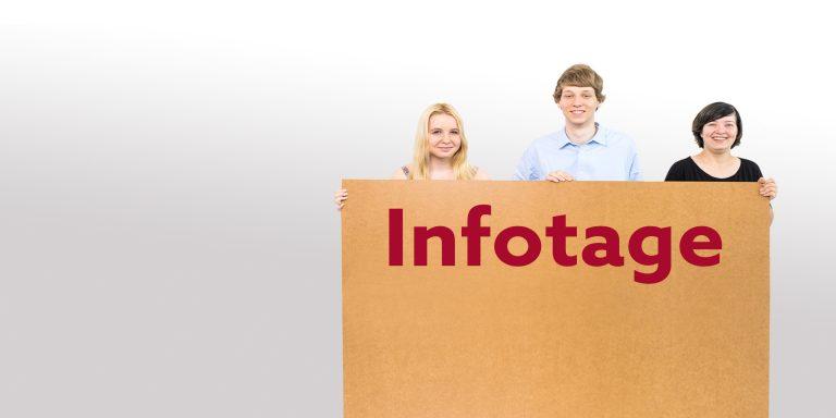 Drei jungen Menschen halten ein Schild aus Pappe in die Kamera, auf dem Infotage steht