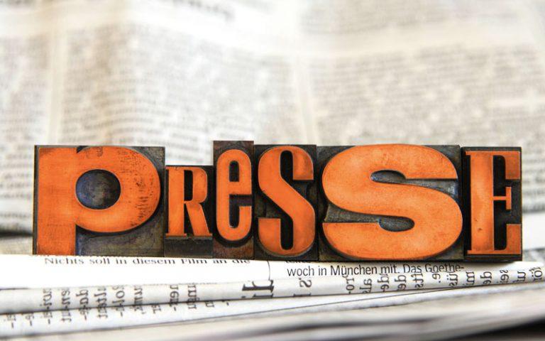 """Bleilettern auf einem Zeitungsstapel, die das Wort """"Presse"""" bilden"""