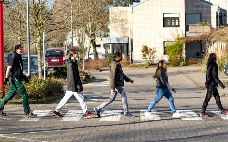 Jugendliche gehen über Zebrastreifen wie die Beatles in Abbey Road - Dein Weg ins Berufsbildungswerk Südhessen