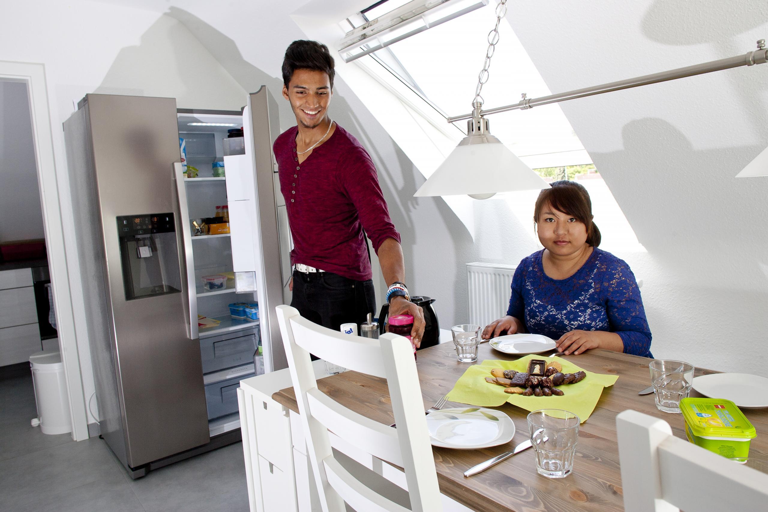 Bewohner*innen in der Jugendhilfe bbw Südhessen in der Küche der Villa Gimini
