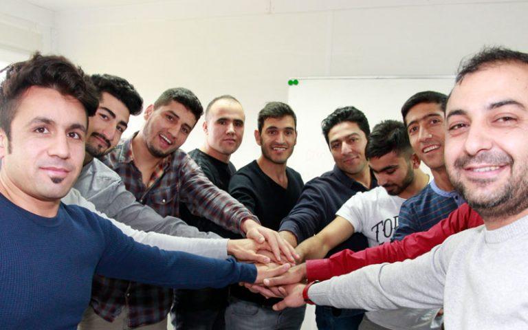 Teilnehmer strecken ihre Hände in die Mitte und halten sie übereinander