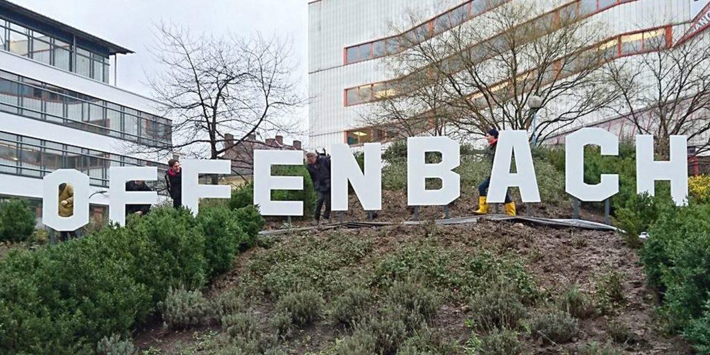 Offenbach Hills Buchstaben ergeben das Wort Offenbach im Stil von den Buchstaben in den Hollywood-Hills