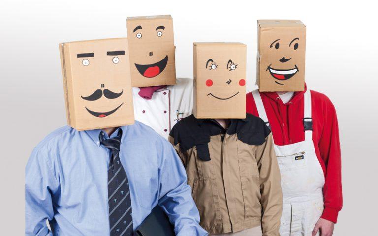 4 Menschen mit Pappkarton auf dem Kopf in unterschiedlicher Arbeitskleidung-bbw-suedhessen-berufsbildungswerk-Reza Rehapädagogische Zusatzqualifikation