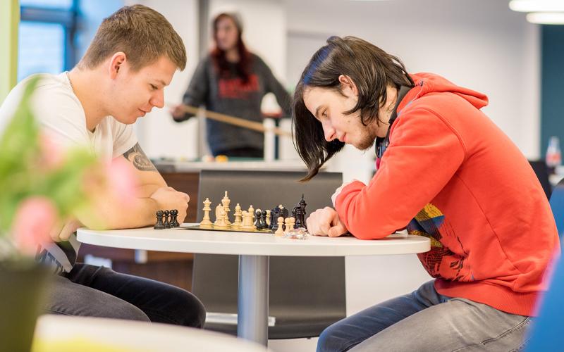 Zwei Teilnehmer spielen Schach
