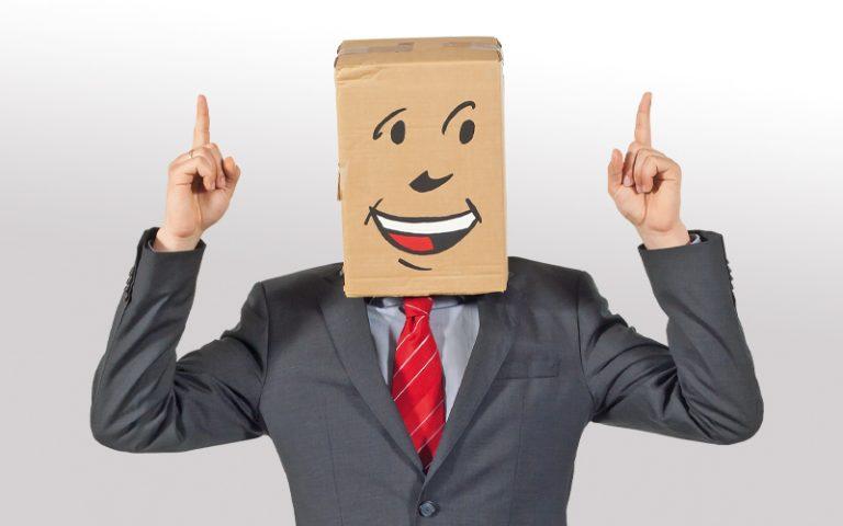 bbw Südhessen Berufsbildungswerk Systemische Beratung - Mensch mit Pappkarton auf dem Kopf der die Finger hebt
