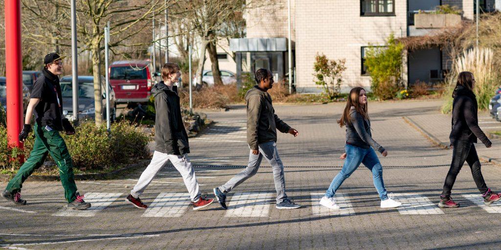 Azubis des bbw Südhessen gehen wie die Beatles bei Abbeyroad über Zebrastreifen ins Berufsbildungswerk