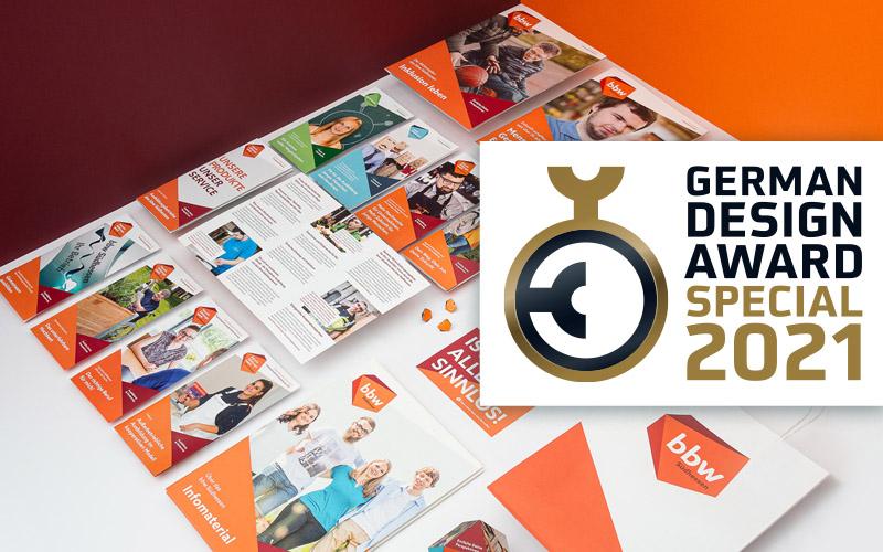 Broschüren und Flyer des bbw Südhessen auf Tisch liegend mit German Design Award Special 2021