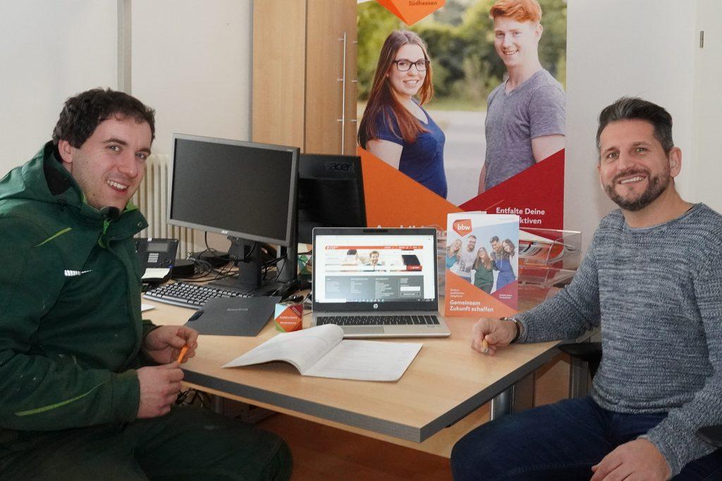 Projekt-Betreuer NaBI und Azubi aus dem Gartenbau am Schreibtisch