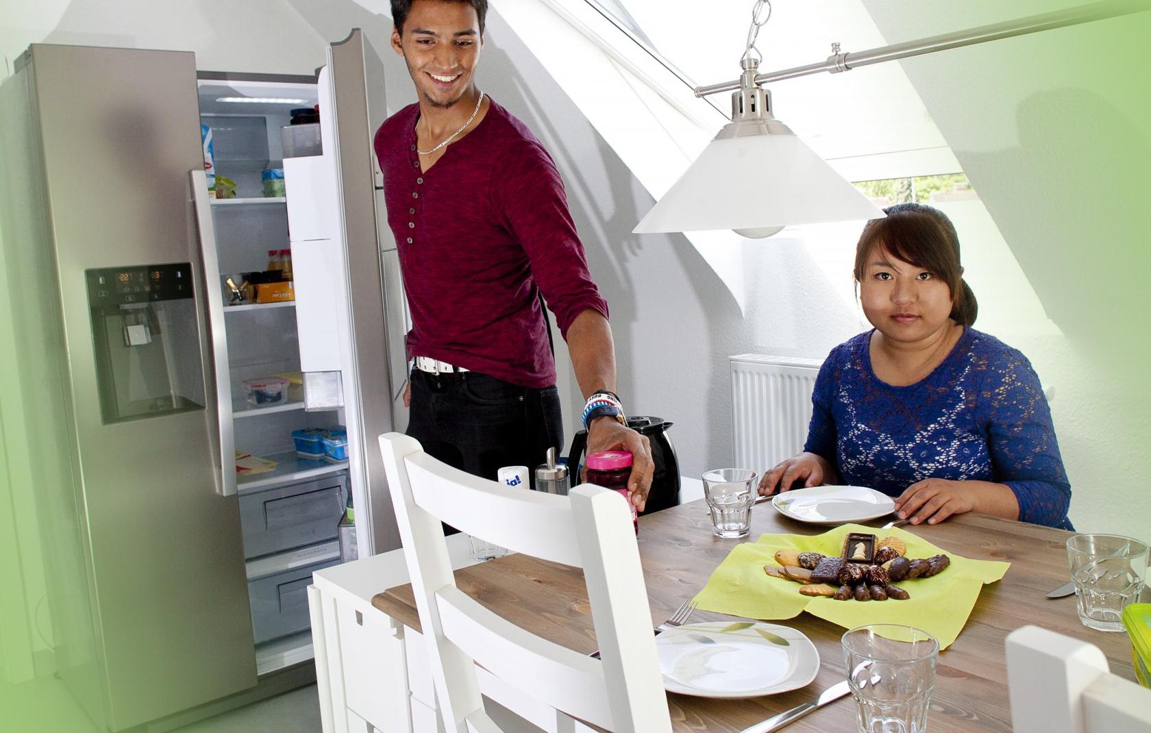 Junger Mann und junge Frau in der Küche der Jugendhilfe des bbw Südhessen beim Essen