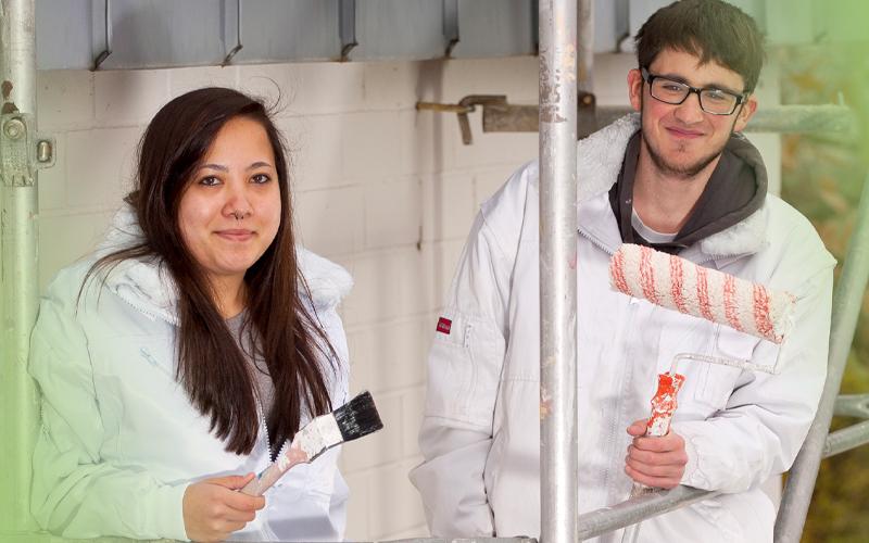 Zwei Maler-Azubis stehen auf Gerüst. Das bbw Südhessen bietet den Sprung von der Jugendhilfe in die Ausbildung.