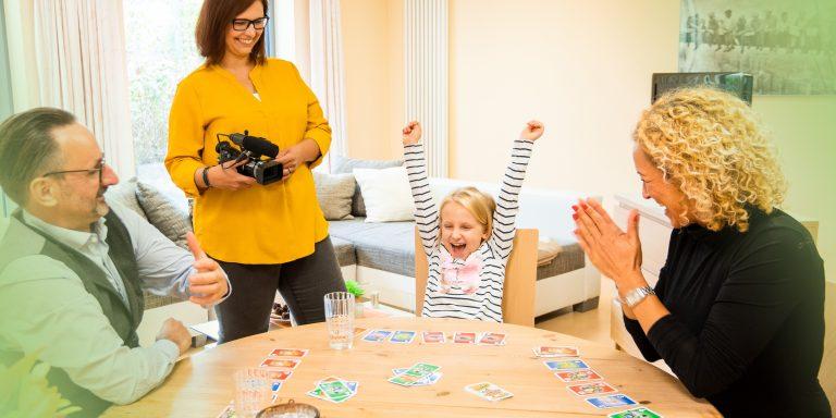 Im Video-Home-Training der Jugendhilfe des bbw Südhessen wird Familie im Umgang miteinander gefilmt