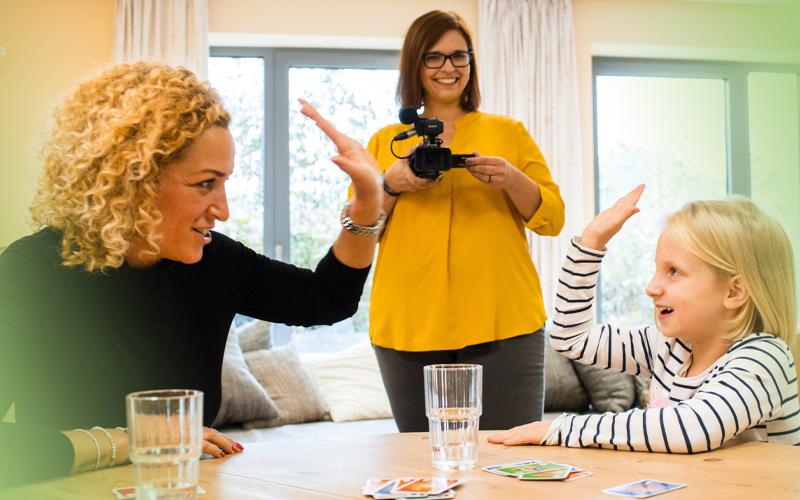 HIgh five zwischen Pädagogin und Kind: Das Jugendhilfe-Angebot Video-Home-Training unterstützt Eltern in der Beziehung zum Kind