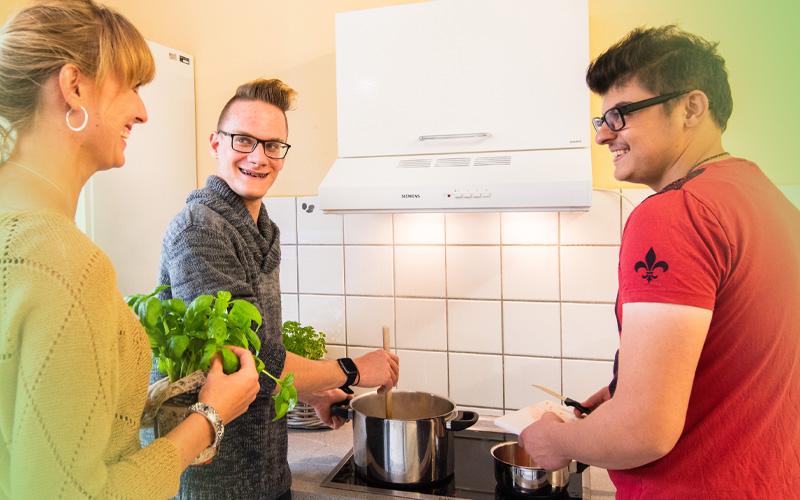 2 Jugendliche und Betreuerin kochen gemeinsam - bbw Südhessen Jugendhilfe