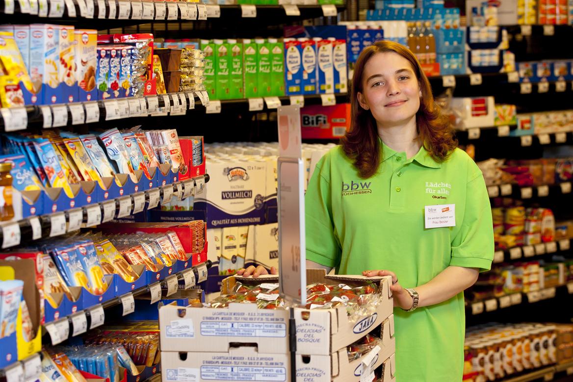 Auszubildende aus dem Bereich Handel und Verkauf im Tegut-Lädchen vor dem Warenregal