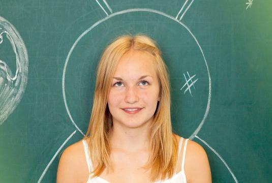 Mädchen vor Tafel mit Weltraum im Hintergrund - bbw Südhessen Jugendhilfe