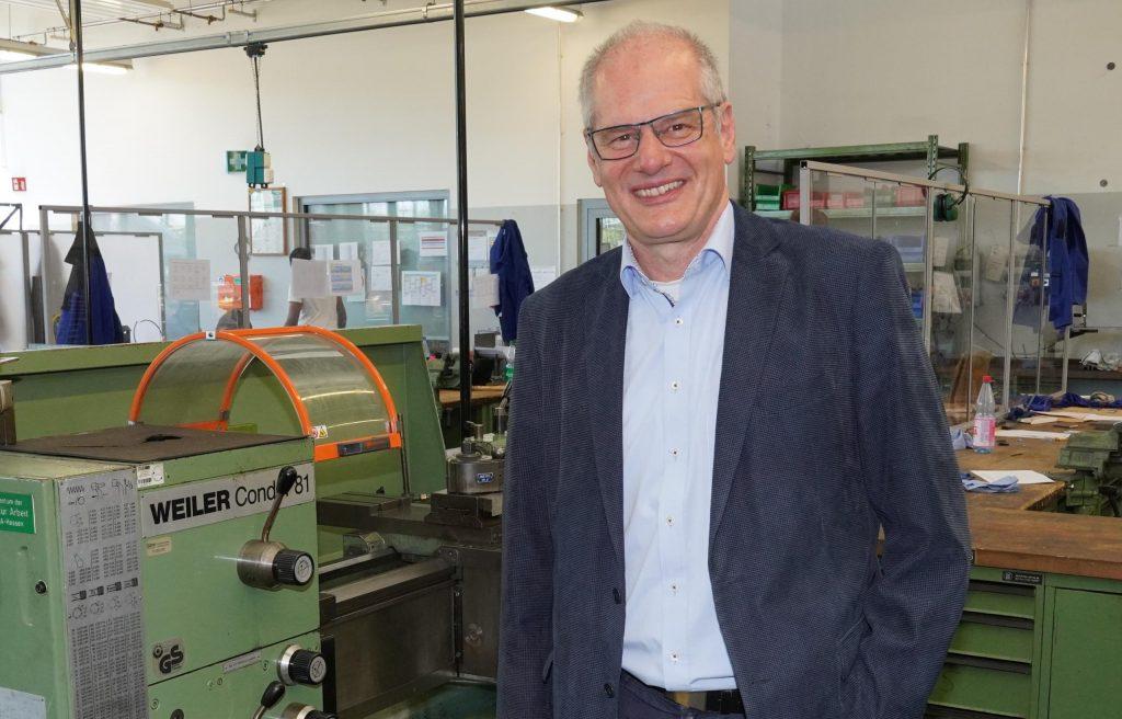 Abteilungsleiter Ausbildung & Beruf des bbw Südhessen steht in Werkstatt