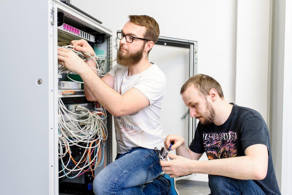 drei neue Berufe im bbw Südhessen - hier ist der IT-Systemelektroniker zu sehen