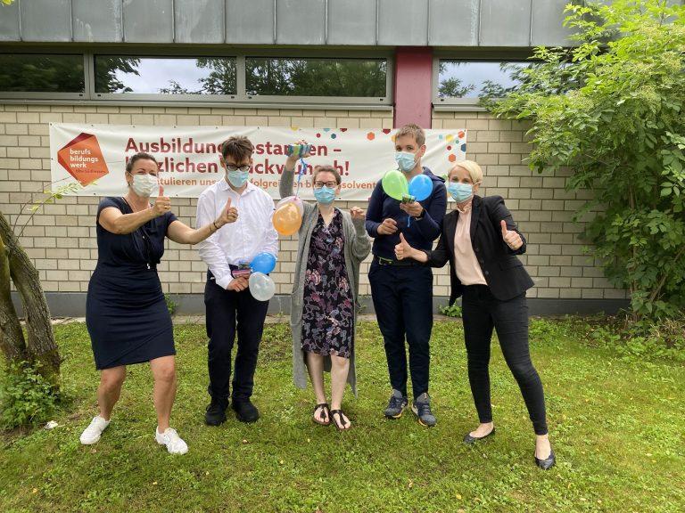 Ein kleine Gruppe erfolgreicher Absolvent*innen des bbw Südhessen - Verabschiedung