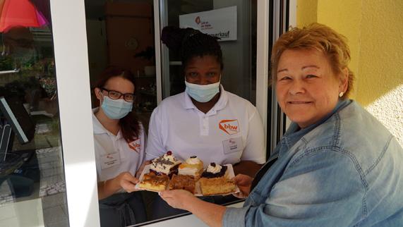 Kunden beim Kuchen-Straßenverkauf im Café an der Nidda